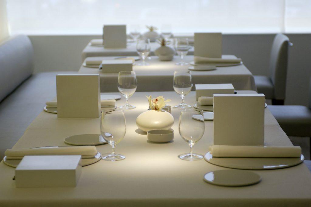 Restaurante La Broche. Menús en cajas blancas